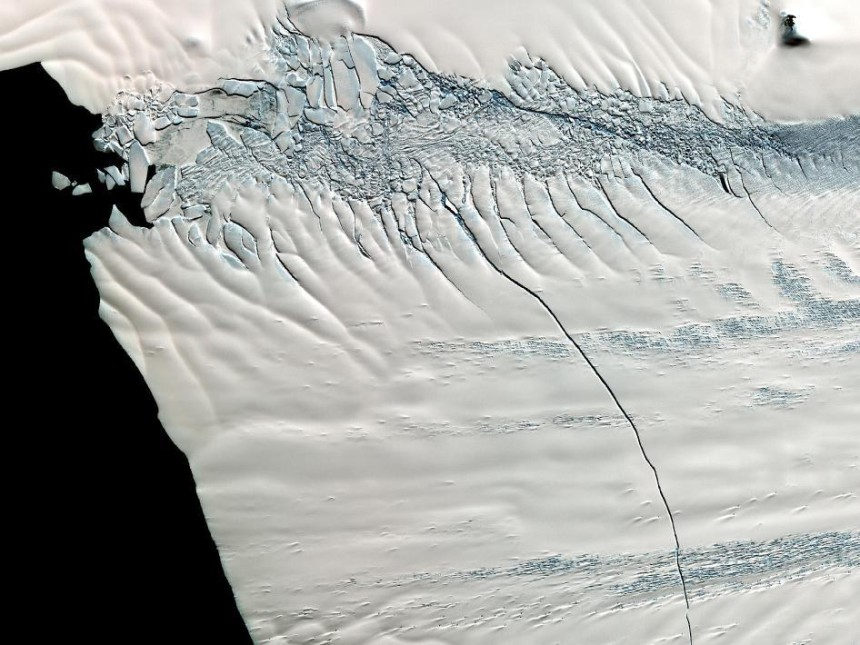 Photos-of-Antarctica-Broken-Ice-crack-NASA